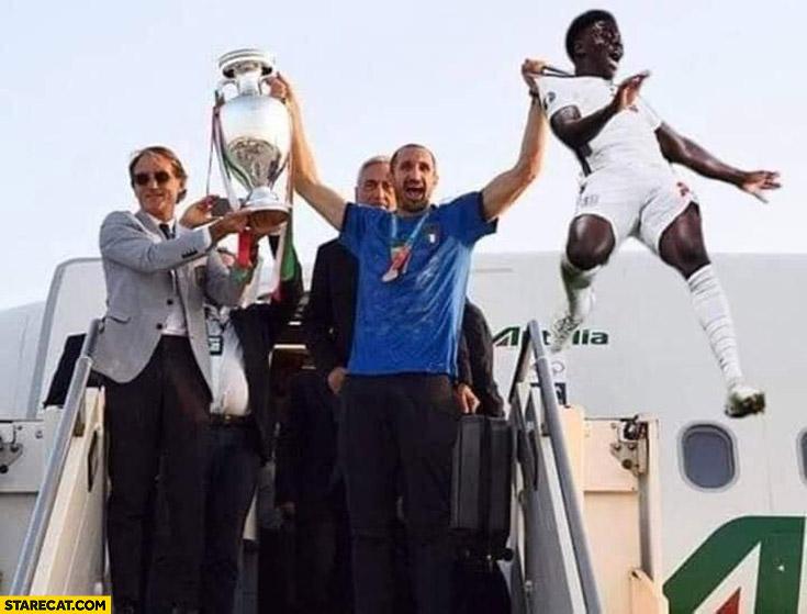 Chiellini Saka exiting airplane with Euro 2020 trophy photoshopped