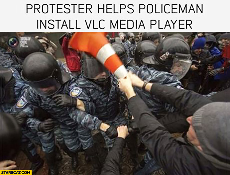 Protester helps policeman install VLC media player