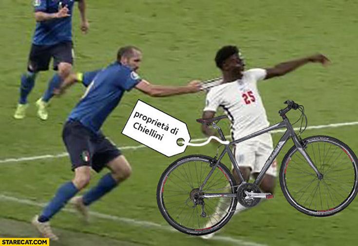 Saka stealing bike Chiellini catches him euro 2020